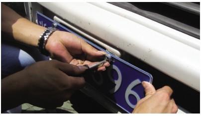 车牌螺钉安装步骤图